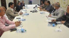 Funcionarios del Gobierno y delegados de Fenatrado durante el encuentro.  fuente externa