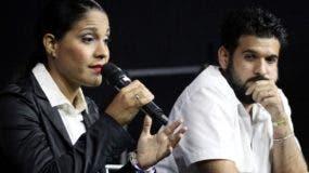 Haydée Milanés junto a su mánager en rueda de prensa.