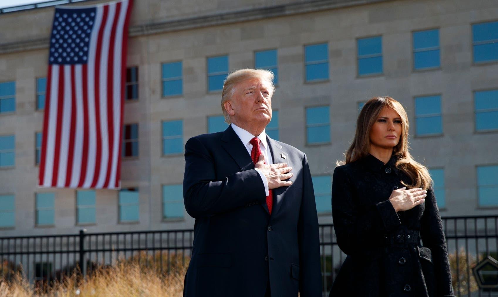 El presidente estadounidense, Donald Trump, acompañado por la primera dama Melania, rindió homenaje a las víctimas.