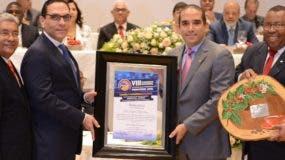 Manuel Perelló, de   Industrias Banilejas, y  Jorge Perelló, vicepresidente  reciben galardón póstumo a Rafael Perelló.