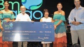 La Fundación Red de Misericordia recibe los fondos recaudados durante el evento.