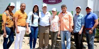 Franklin Liriano y Gerald Trudeau acompañados de los invitados al evento.