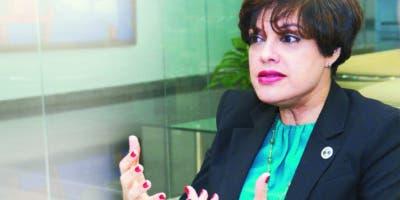 Laura Hernández Román habla de su labor y cómo se forman los defensores, durante la entrevista  con   ejecutivos del periódico EL DÍA .