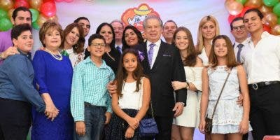 Rolando Sebelén junto a su familia en el tradicional acto de celebración.