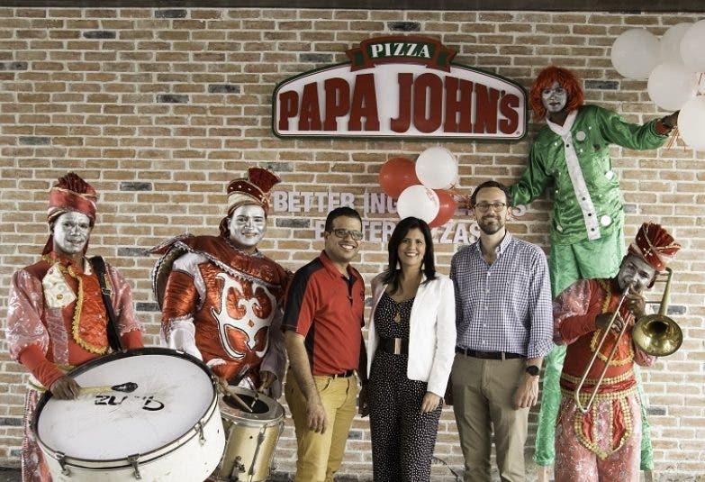 Juan Naveo, Mirna Piña y Marcos Sánchez junto a los animadores en la actividad de apertura.