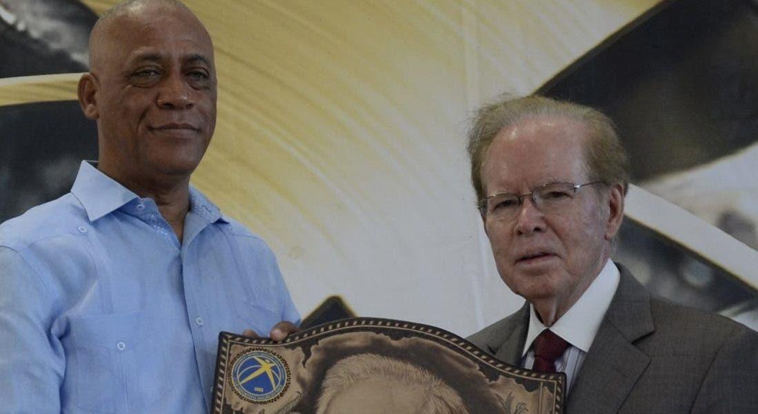 José -Boyón- Doínguez entrega la placa a José Luis Corripio Estrada.  José de León.