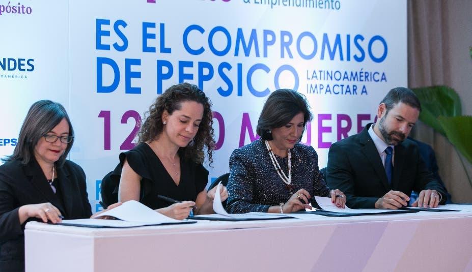 Altagracia Suriel, Mónica Bauer, Margarita Cedeño de Fernández y Roger Falkenstein.