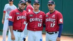 Rogelio Armenteros (44) junto a Daniel López y su compatriota Alain Tamayo (17).   Fuente.
