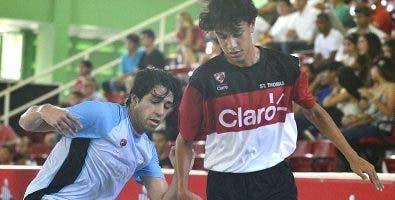La acción corresponde al partido de fútbol colegial.