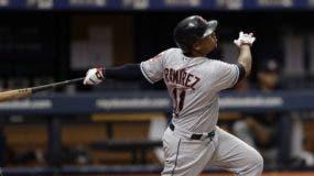 El dominicano José Ramírez completa el swing del jonrón. aP