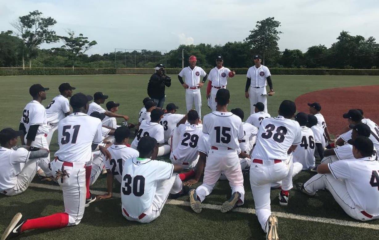 El grupo de prospectos dominicanos recibe las instrucciones sobre la nueva tecnología.
