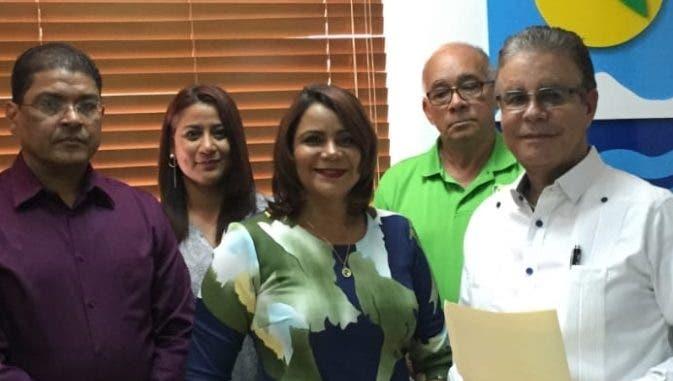 Marilyn de Dios y Luis José Chávez  junto a miembros de Adompretur.