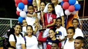 Las selecciones masculina y femenina de karate de Santiago celebran el triunfo.