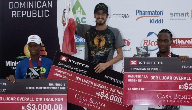 Parte de los ganadores reciben sus respectivos cheques.