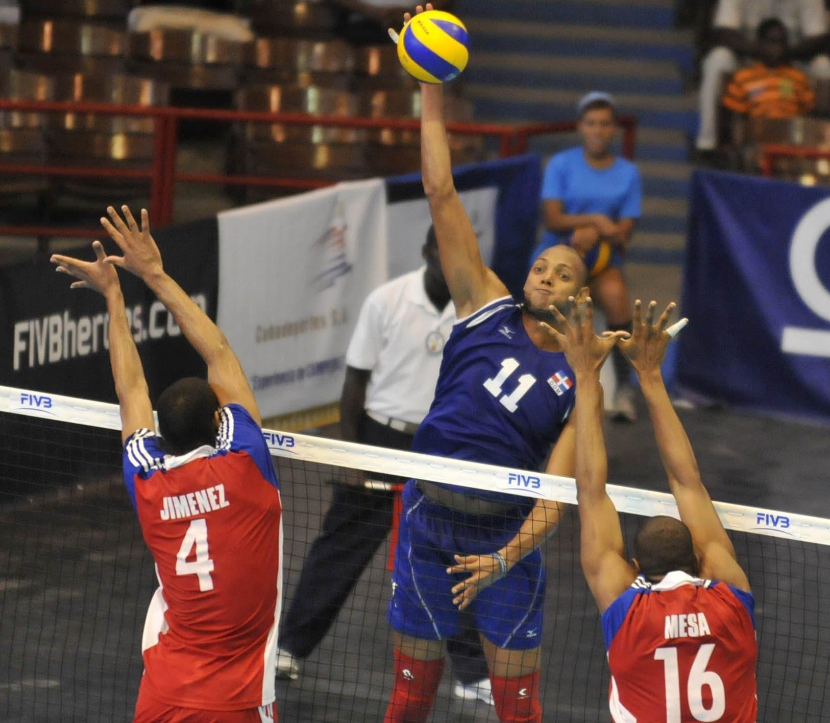 José Cáceres, uno de los principales jugadores dominicanos, realiza un remate en un partido de voleibol.