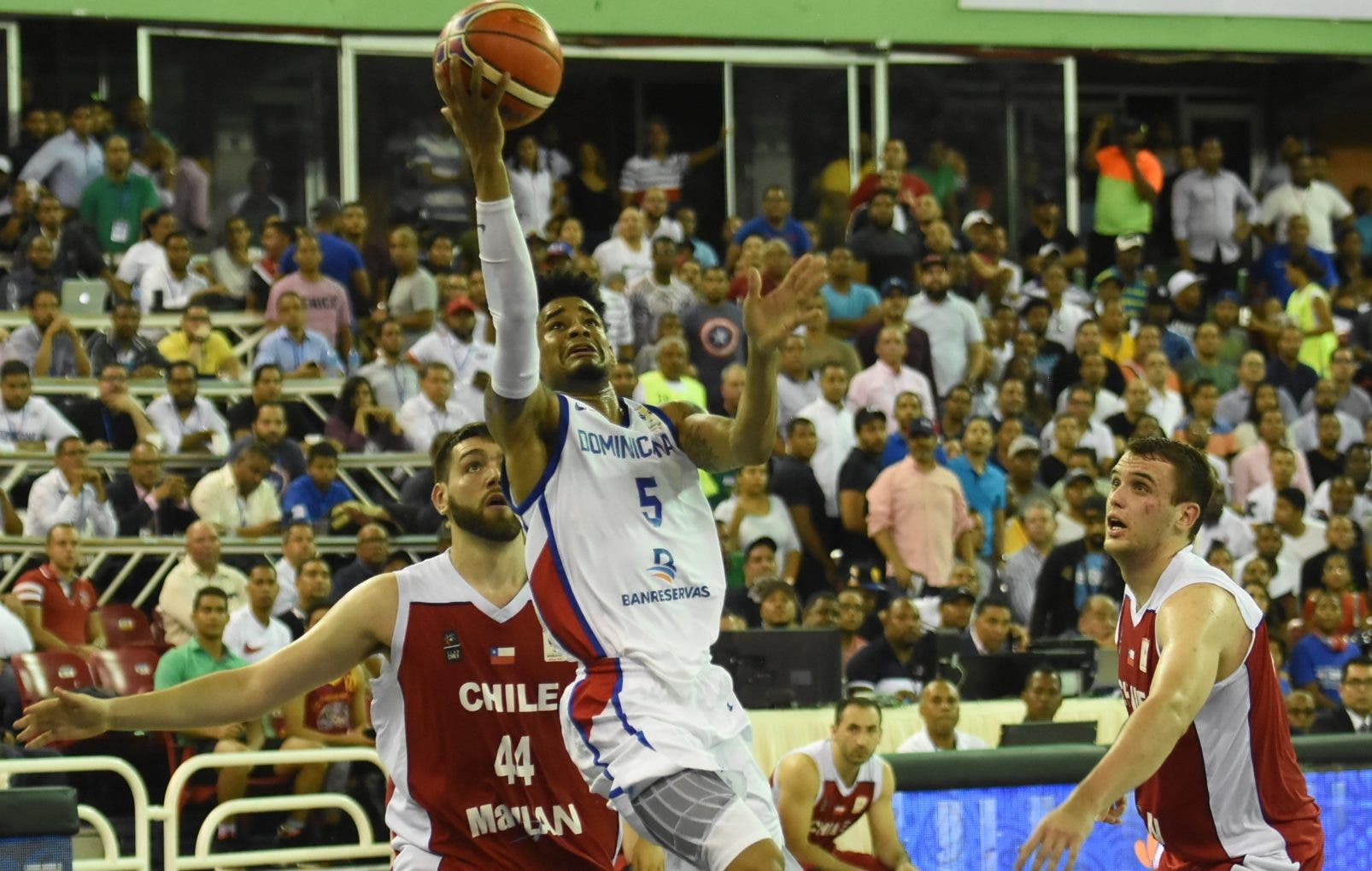 Víctor Liz termina un ataque rápido    del equipo dominicano anoche durante  la amplia  victoria sobre Chile.  Alberto calvo