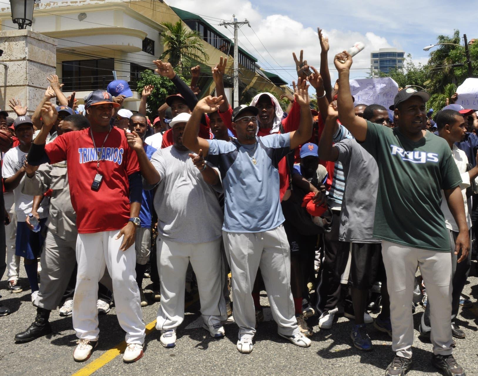 Los entrenadores independientes se unieron en una  protestar para que MLB no  impusiera el draft.  archivo