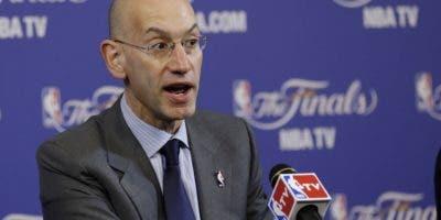 El comisionado   Adam Silver anuncia las nuevas reglas en la NBA para el próximo torneo.