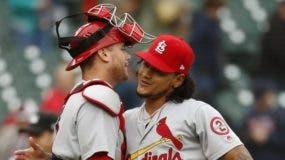 Carlos Martínez es felicitado por el catcher Carson Kelly.  AP
