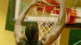 Robert Glenn ejecuta un donqueo en el partido.