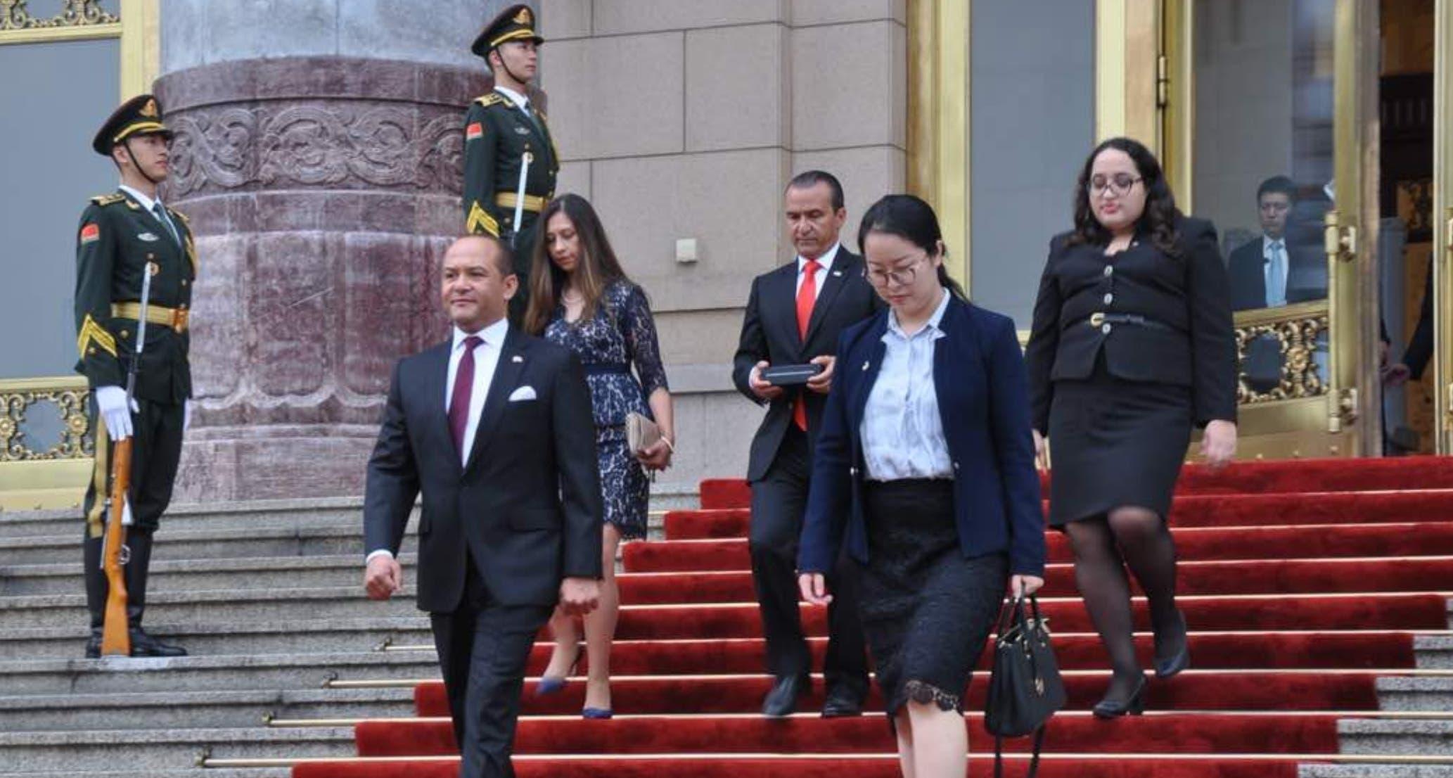 El embajador dominicano Briunny Garabito Segura  presentó sus cartas credenciales  ante el presidente de China, Xi Jinping.   fuente externa