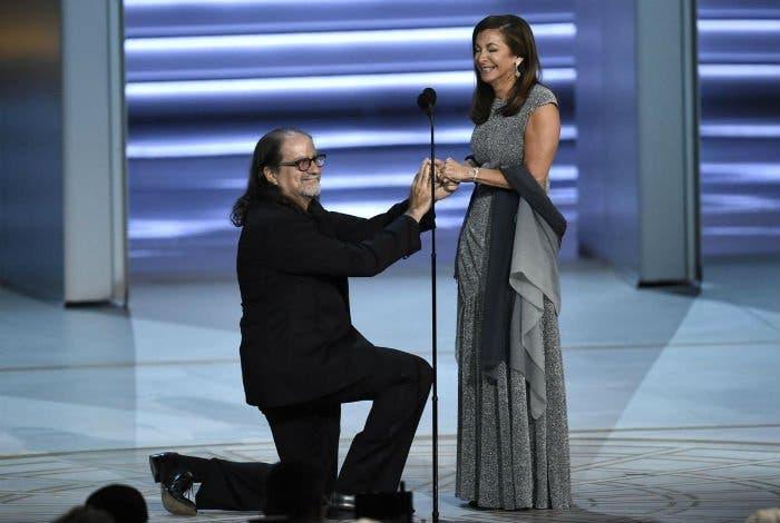 Director de los Oscar pide matrimonio en los Emmy