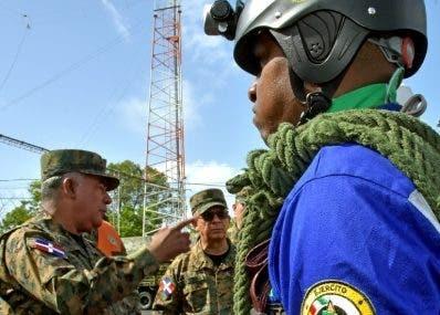 Mayor general Gonel habla con miembros de brigadas.