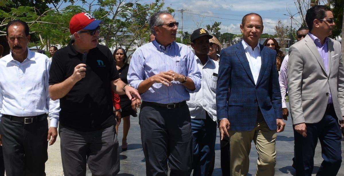 José Ramón Peralta acompañado de representantes  de la provincia La Vega.   fuente externa