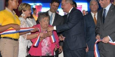 El presidente Medina mientras corta cinta en actividad.