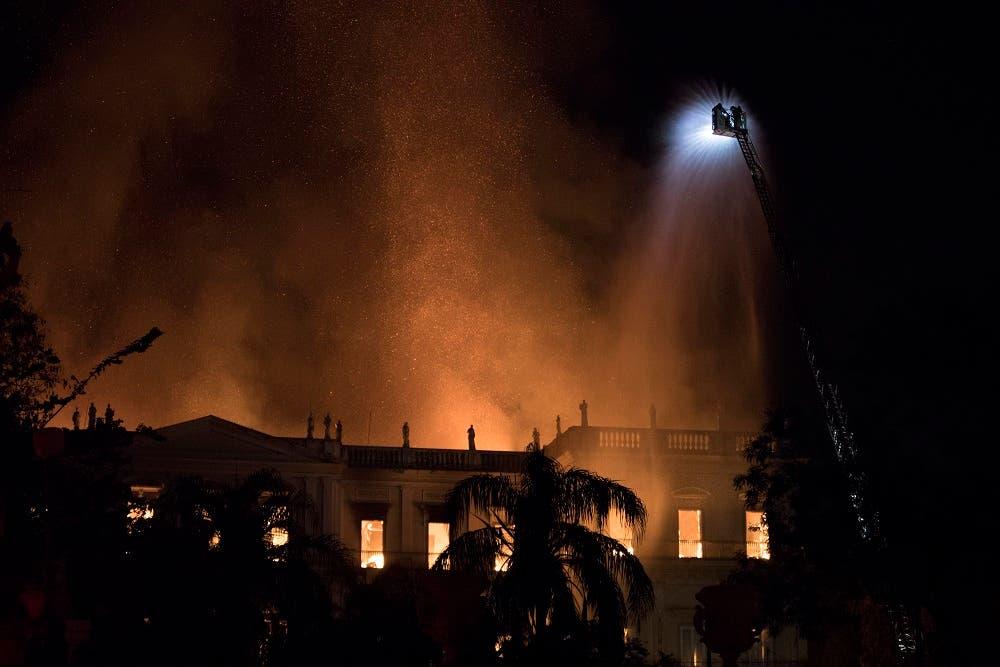Bomberos intentan apagar las llamas en el Museo Nacional de Brasil en Río de Janeiro el domingo 2 de septiembre de 2018.  (AP Foto/Leo Correa)