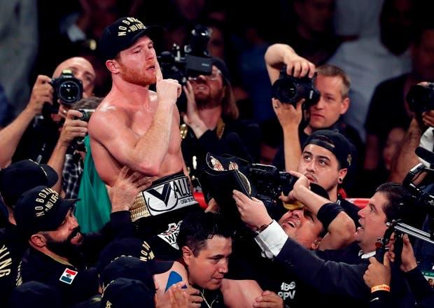 Canelo Alvarez, de México, celebra después de derrotar al campeón de peso mediano del WBC / WBA Gennady Golovkin, de Kazajstán, en una pelea de boxeo por el título en T-Mobile . AP