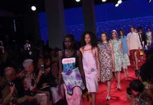 Modelos recorren la pasarela al final de la presentación de la colección primavera 2019 de Calvin Klein en la Semana de la Moda de Nueva York, el martes 11 de septiembre del 2018. (AP Foto/Diane Bondareff)
