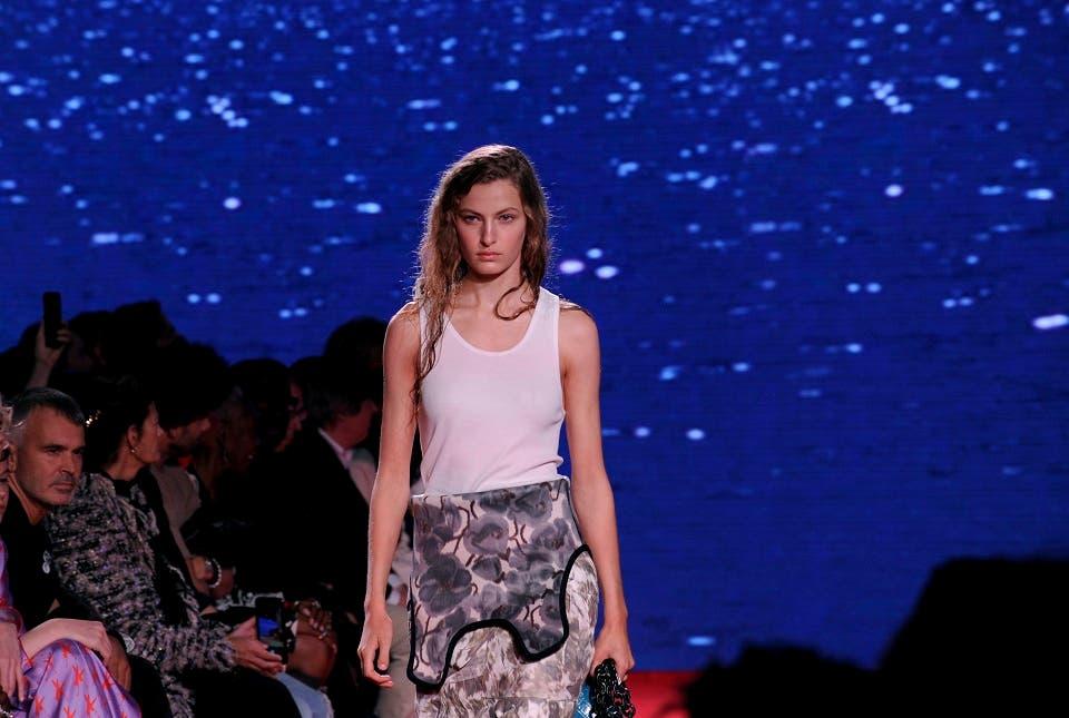 Una modelo recorre la pasarela durante la presentación de la colección primavera 2019 de Calvin Klein en la Semana de la Moda de Nueva York, el martes 11 de septiembre del 2018. (AP Foto/Diane Bondareff)