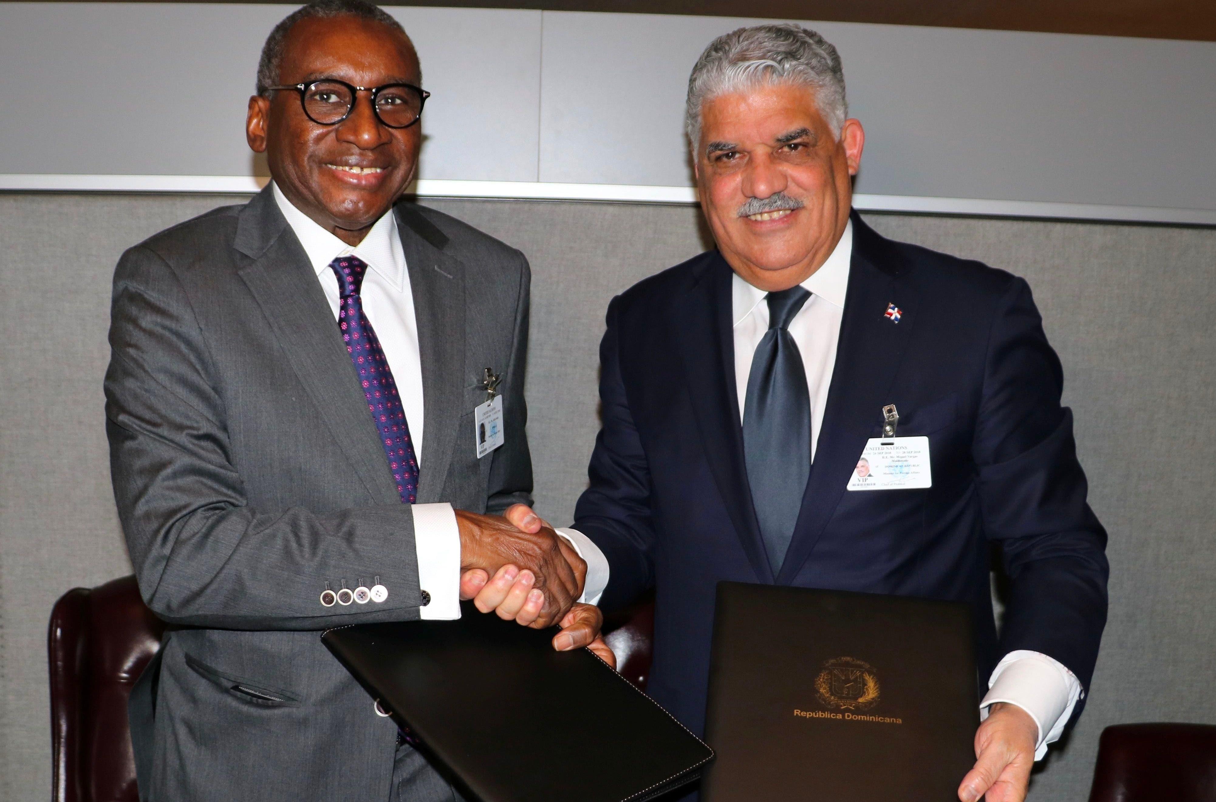 Canciller Miguel Vargas junto a su homólogo de Senegal, Sidiki Kaba.