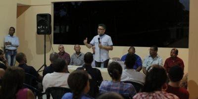 Carlos Peña habla ante simpatizantes en una actividad de su partido.