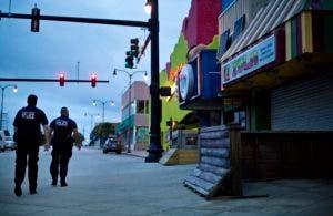 Una patrulla policial supervisa una calle de Carolina del Sur, previo a la llegada del huracán Florence.