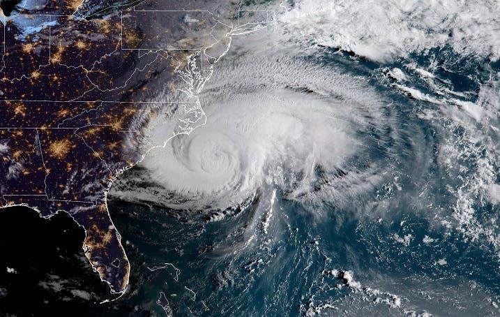 El ojo de Florence podría tocar tierra el viernes por la tarde cerca de la frontera entre las Carolinas y después continuará hacia el oeste con fuertes precipitaciones y posibles inundaciones catastróficas que podrían arrasar viviendas, negocios y granjas.