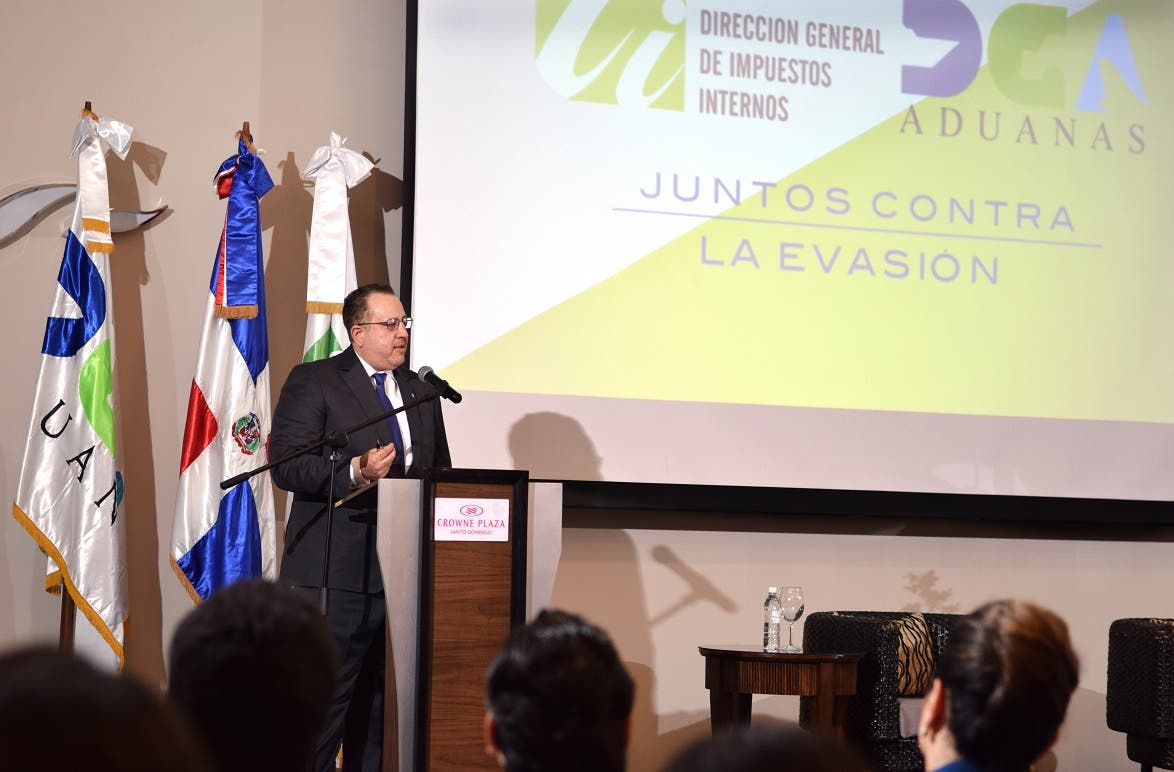 Los directores de las agencias recaudadoras, Ing. Magín J. Díaz y Enrique Ramírez, respectivamente, realizan un encuentro para reforzar la visión integral contra el fenómeno.