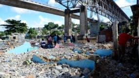 Algunas de las familias desalojadas por Urbe vivían a orilla del río. Foto: José de León/El Día.
