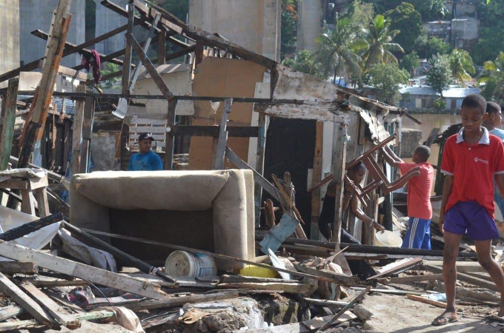 Los residentes recogen sus ajuares para trasladarse a casa de amigos y familiares. Foto: El Nacional
