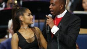 El obispo Charles H. Ellis, III (derecha) toma a la cantante Ariana Grande mientras habla durante el funeral en memoria de Aretha Franklin en el Templo Greater Grace de Detroit. (AP Foto/Paul Sancya)