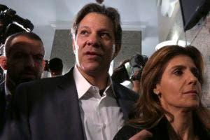 El candidato a la vicepresidencia de Brasil, Fernando Haddad, y su esposa Ana Estela llegan a un encuentro con la directiva del Partido de los Trabajadores, en Curitiba, el martes 11 de septiembre de 2018. (AP Foto/Eraldo Peres)