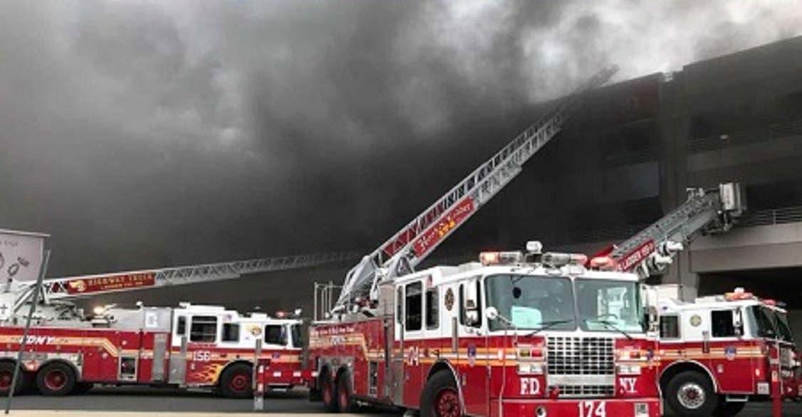 Unos 300 bomberos tuvieron que batallar fuertemente para poder controlar las llamas, informó el jefe del departamento en esta ciudad, Daniel Nigro.