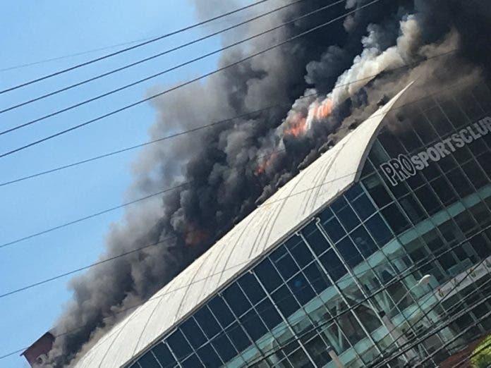 El incendio aún no ha sido sofocado por los bomberos.