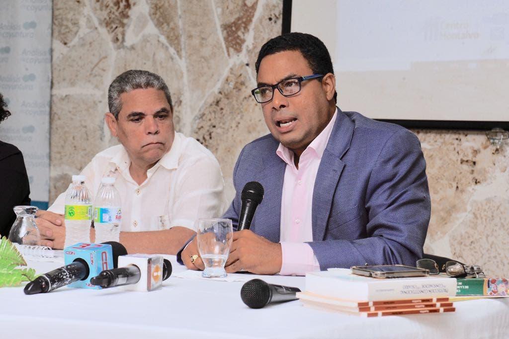 El abogado Namphi Rodríguez y el periodista Adalberto Grullón mientras participan en el panel sobre libertad de expresión en el Centro Montalvao.