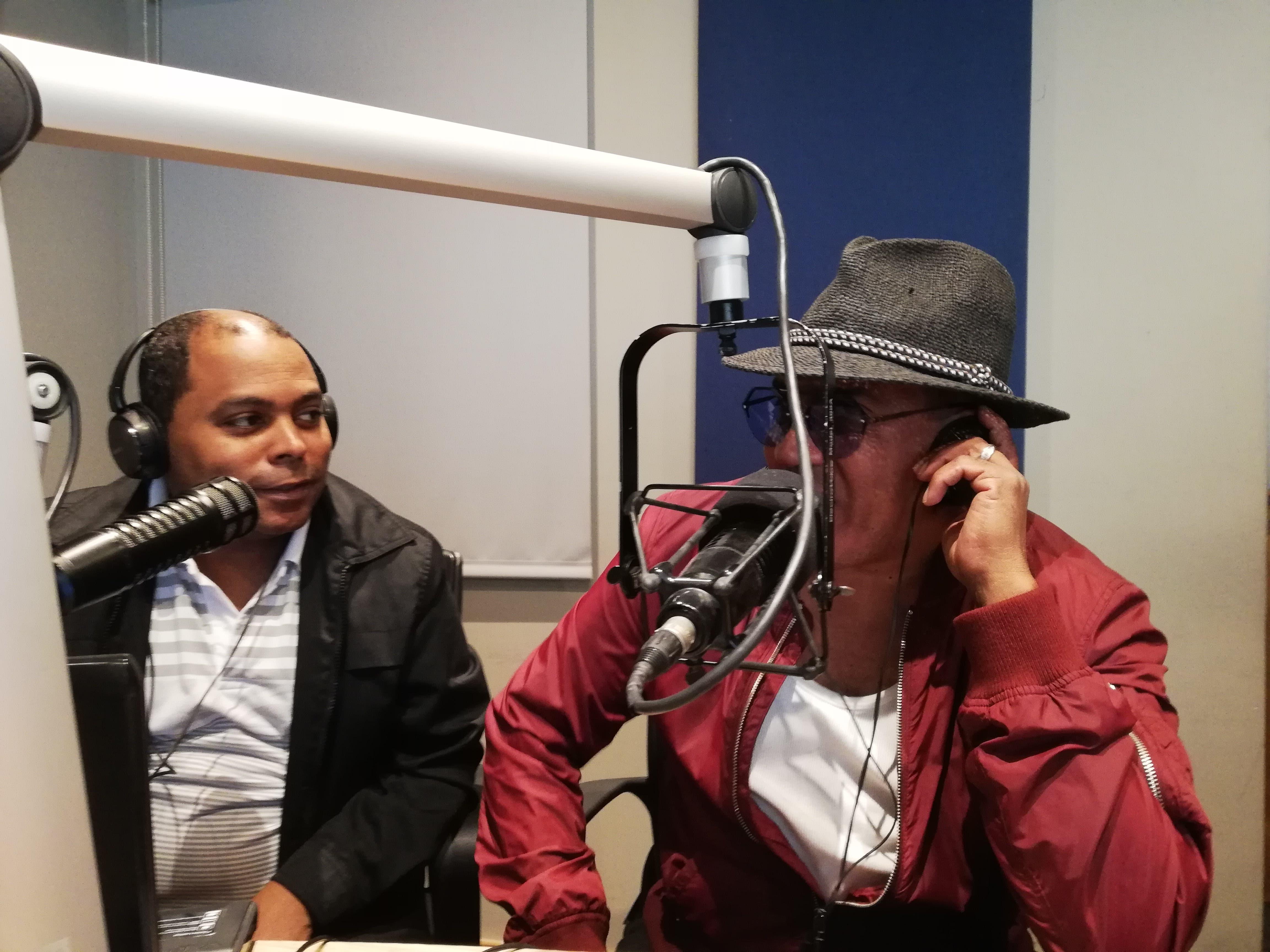 Kinito Méndez mientras era entrevistado por Fausto Polanco.