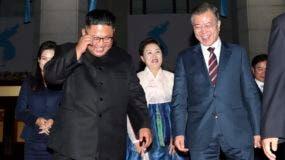 El líder norcoreano, Kim Jong-un, y el presidente surcoreano, Moon Jae-in, celebraron hoy su primera reunión en el marco de la cumbre de tres días que ambos celebran en Pioyang.