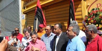 Dirigentes y militantes del MPD en el acto de recordación a Amín Abel Hasbún, en el lugar donde cayó abatido hace  48 años.