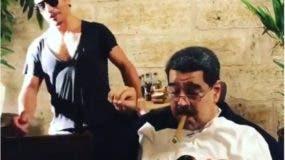 Nicolás Maduro fumando un puro en un restaurante turco.