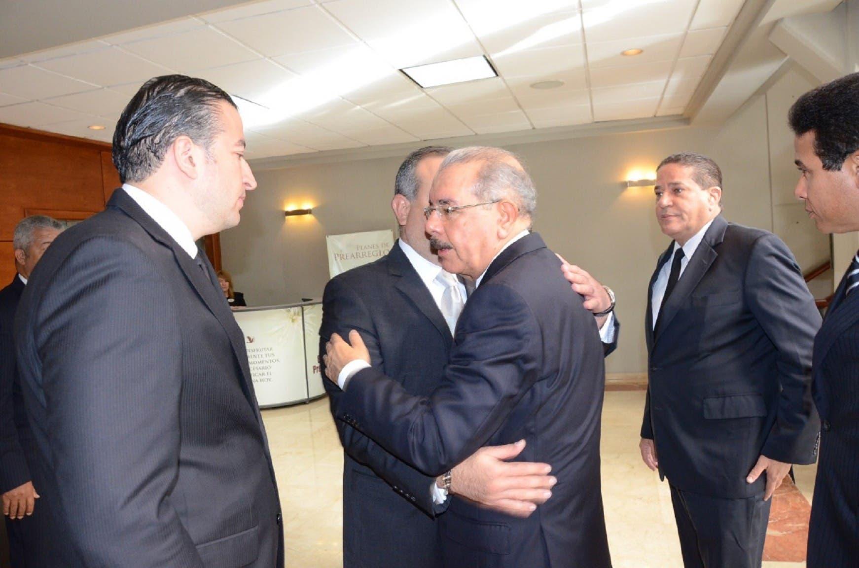 El presidente Danilo Medina da el pésame a familiares del periodista César Medina.